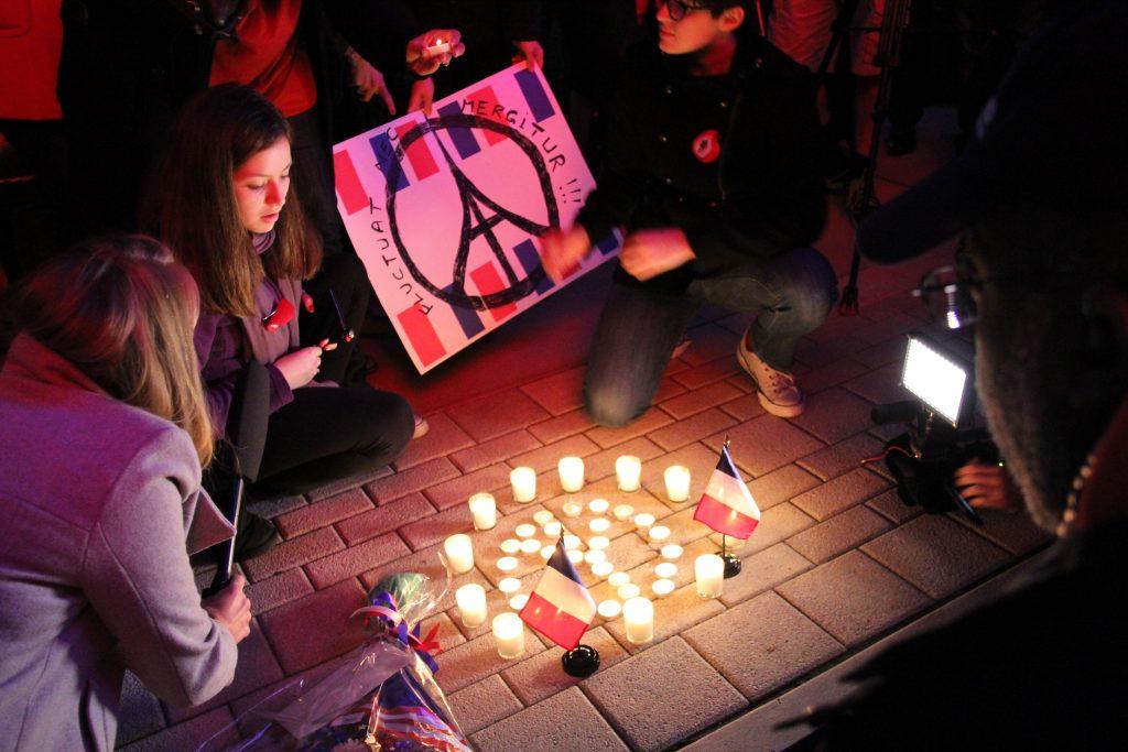 Solidarité: Dallas Pays Tribute To Paris (Photos)